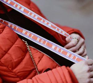 czarna-bluza-z-kapturem-stylizacje-stylizacja-jak-nosić-do-czego-nosić-do-czego-pasuje