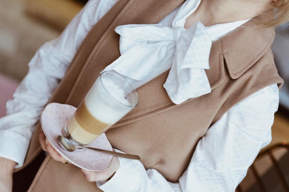 do-czego-nosić-białą-koszulę-stylizacja-koszula-i-kamizelka-blog-o-modzie-gdańsk-trójmiasto-shiny-syl