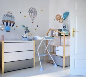 pokój dziecka jak urządzić pokój dziecka meble domki meble z daszkami bellamy pinette naklejki baloniki dekornik przewijak beaba
