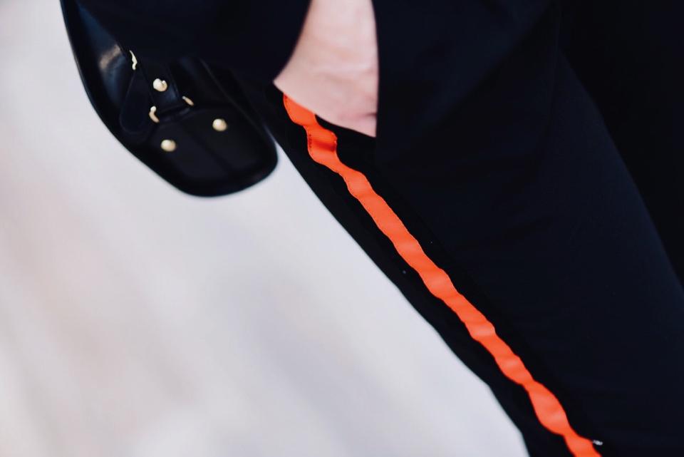 spodnie-z-lampasem-jak-nosić-do-czego-nosić-stylizacja