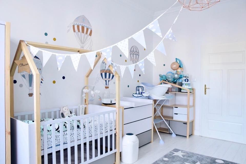 pokoik-dziecka-noworodka-niemowlaka-jak-urządzić-pokój-synka-motyw-domków-daszków-baloniki-chorągiewki-gwiazdki-chmurki