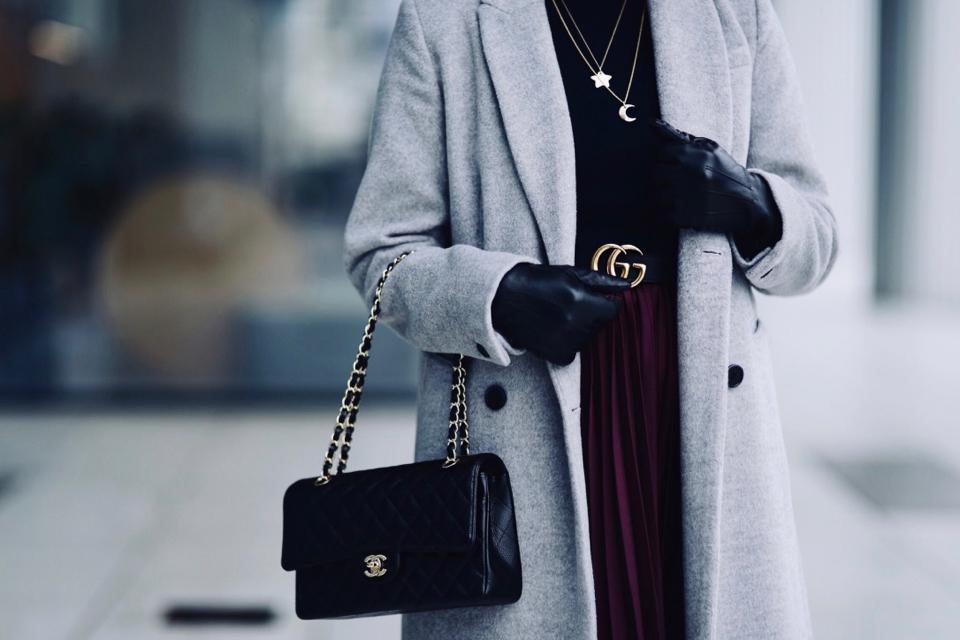 torebka-chanel-flap-bag-medium-caviar-pasek-gucci-biżuteria-lilou-plisowana-spódnica-szary-płaszcz-stylizacja