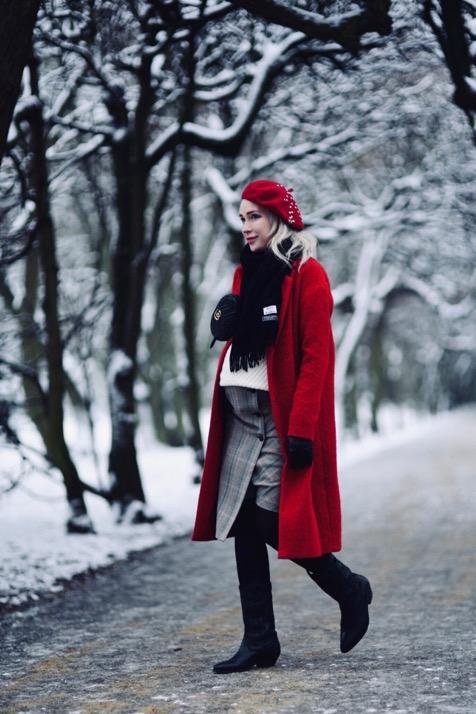 czerwony-płaszcz-spódnica-w-kratę-czerwony-beret-nerka-gucci-kowbojki-stylizacja-stylizacje-jak-nosić