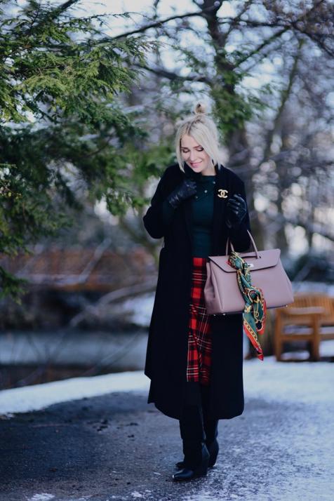 czerwona-spódnica-w-kratę-czarny-płaszcz-broszka-chanel-stylizacja