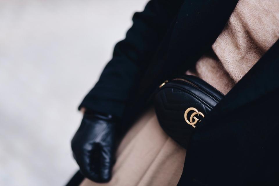 połączenie-beżu-i-granatu-elegancka-stylizacja-beżowe-spodnie-marchewy-granatowa-marynarka-do-czego-nosić-stylizacja