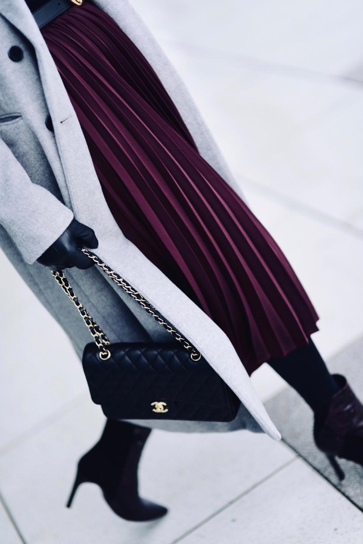 torebka-chanel-flap-bag-medium-caviar-plisowana-spódnica-szary-płaszcz-stylizacja