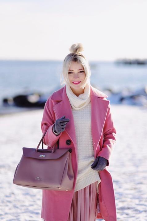 różowy-płaszcz-plisowana-spódnica-torba-wittchen-beżowy-golf-stylizacja-blog-o-modzie