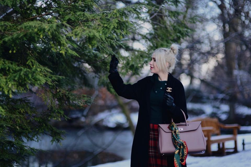 broszka-przy-płaszczu-jak-nosić-broszkę-chanel-stylizacja-czarny-płaszcz-stylizacje