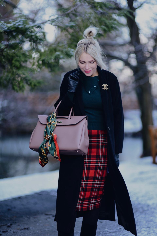 https://shinysyl.com/wp-content/uploads/2019/01/czerwona-spódnica-w-kratę-czarny-płaszcz-broszka-chanel-stylizacja