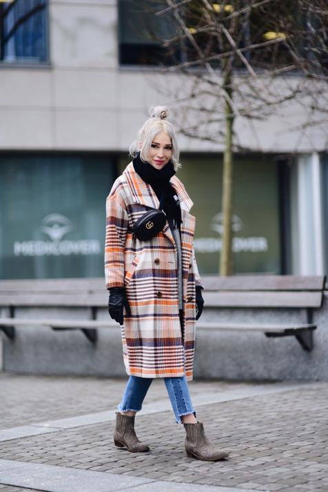 oversizowy-płaszcz-w-kratę-długi-szary-sweter-kowbojki-szalik-acne-nerka-gucci-stylizacja-jak-nosić-do-czego-nosić