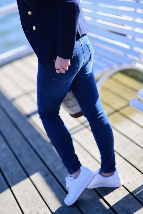 dwurzędowa-marynarka-damska-ze-złotymi-guzikami-stylizacja-z-jeansami-t-shirt-do-marynarki