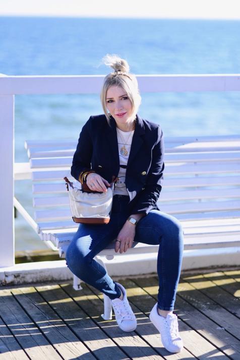 białe-sportowe-buty-superstary-stylizacja-superstary-do-jeansów-i-marynarka