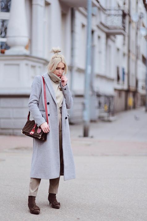 -broszka-chanel-szary-płaszcz-torebka-fendi-odcienie-beżu-elegancka-stylizacja