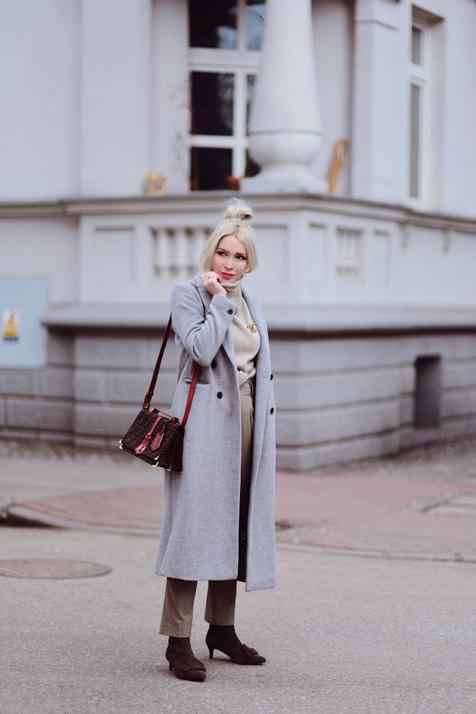 broszka-chanel-szary-płaszcz-torebka-fendi-odcienie-beżu-elegancka-stylizacja