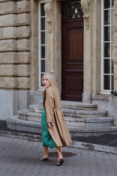 beżowy-oversizowy-płaszcz-zielona-sukienka-weżowe-buty-stylizacja-stylizacje-blog-o-modzie-other-stories