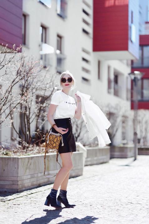 t-shirt-z-nadrukiem-spódnica-z-lakierowanej-skóry-torebka-wzór-skóry-węża-stylizacja-jak-nosić-do-czego-nosić