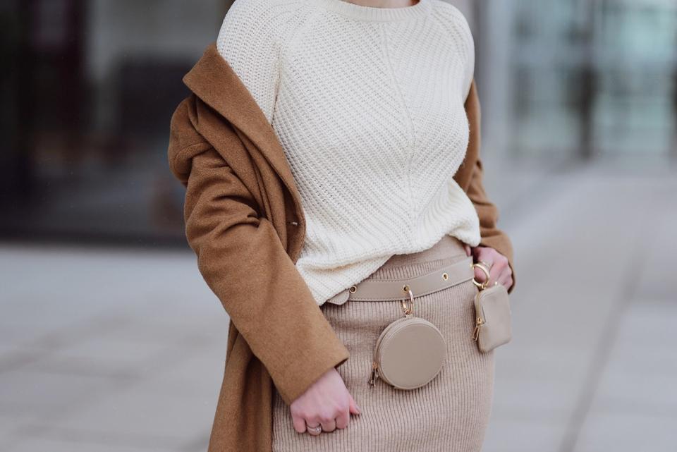 spódnica-z-prążkowanej-dzianiny-ołówkowa-swetrowa-spódnica-stylizacje-jak-nosić-do-czego-nosić-stylizacja-pasek-z-saszetkami-z-torebeczkami