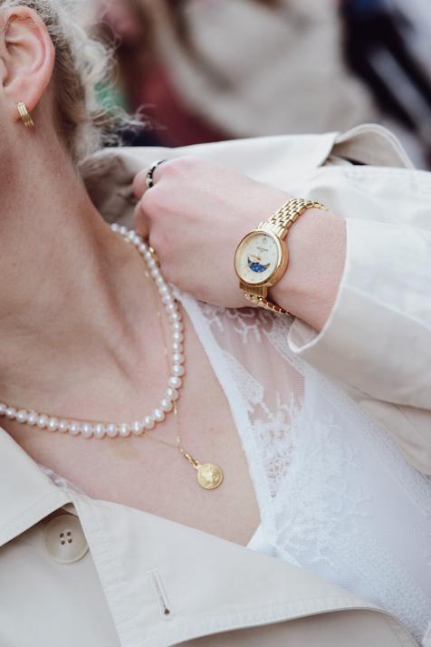 perły-stylizacja-biała-sukienka-trencz-blog-o-modzie-gdańsk-trójmiasto