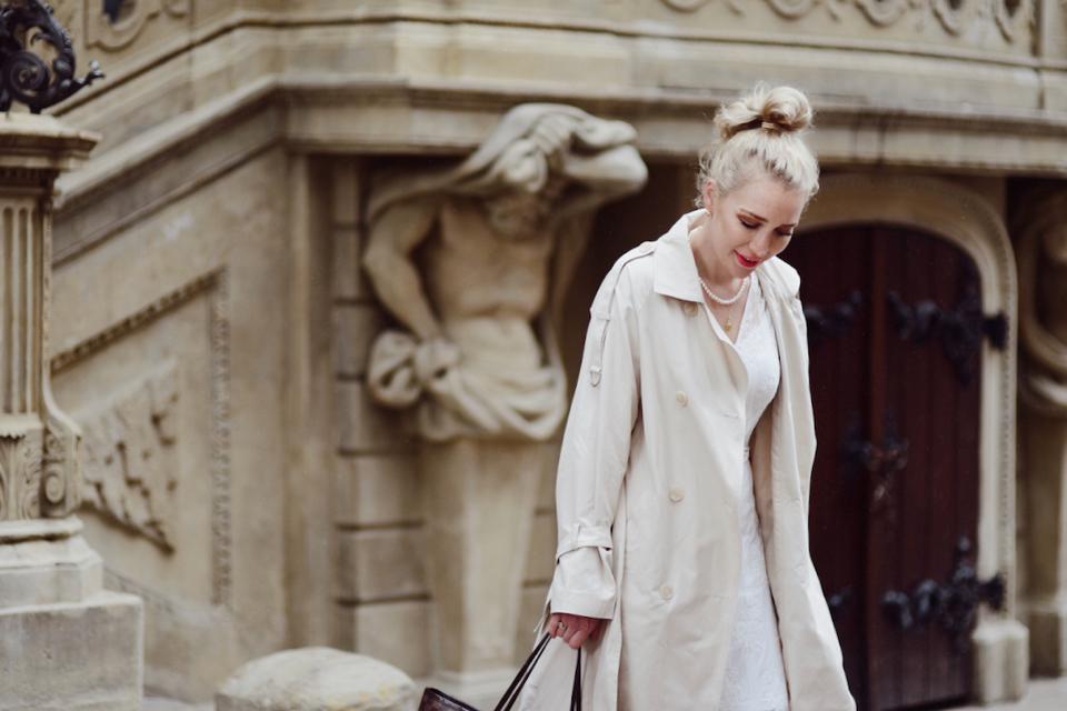 biała-sukienka-i-trencz-stylizacja-moda-uliczna-street-style-street-fashion
