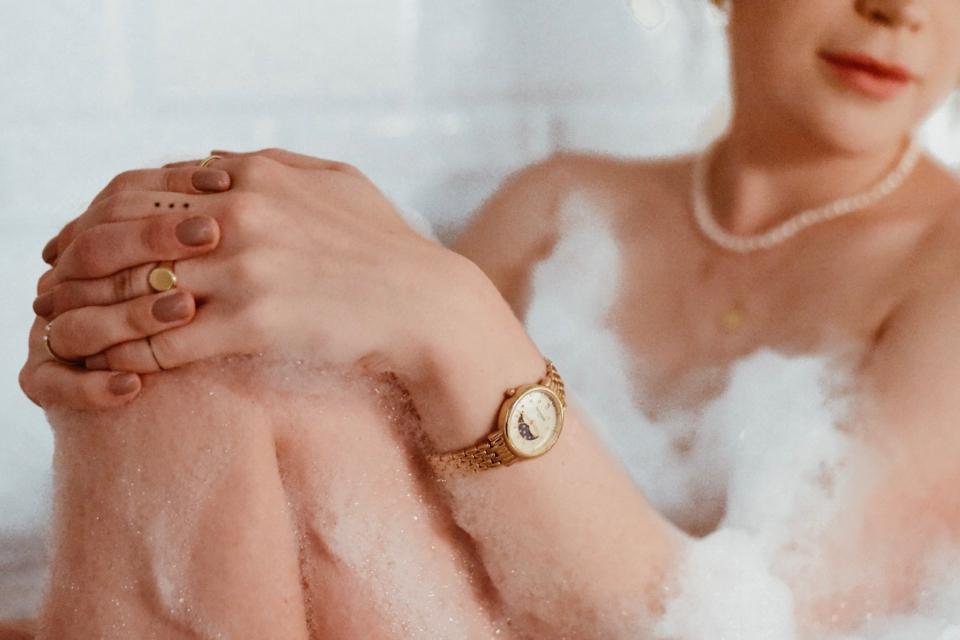 biżuteria-apart-sygnet-zegarek-bergstern-sesja-w-wannie-w-pianie-perły-naszyjnik-moneta