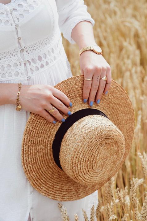 sesja-w-zbożu-okolice-biała-sukienka-słomkowy-kapelusz-kanotier-biżuteria-z-monetami-elixa-apart