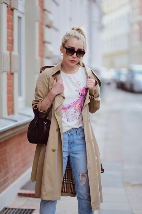 biała koszulka quiosque płaszcz burberry jeansy z dziurami wiązana na jeansach buty stylizacja blog o modzie