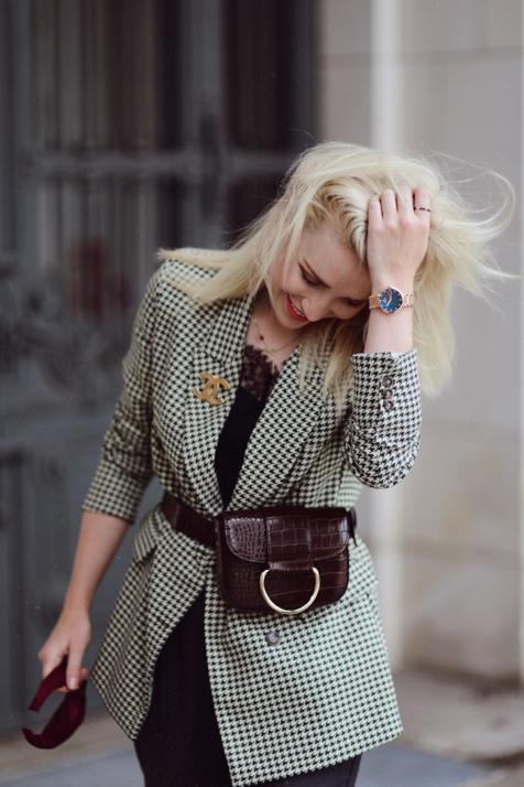 wzorzysta-marynarka-w-eleganckiej- stylizacji-broszka-chanel-nerka-stylizacja-blog-o-modzie