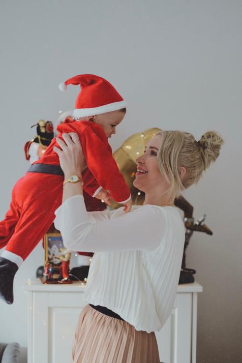 świąteczna sesja z dzieckiem mały święty mikołaj