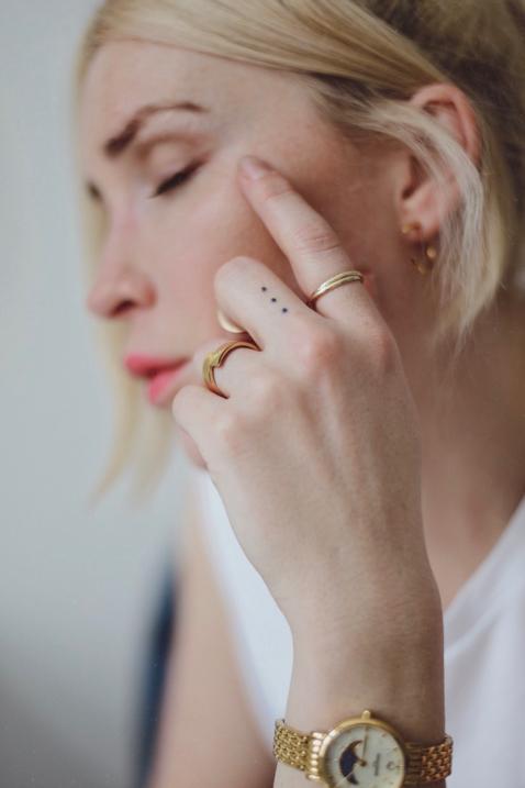 stylizacja po domu bluzka z zarysowanymi ramionami jeansy o prostym kroju biżuteria apart