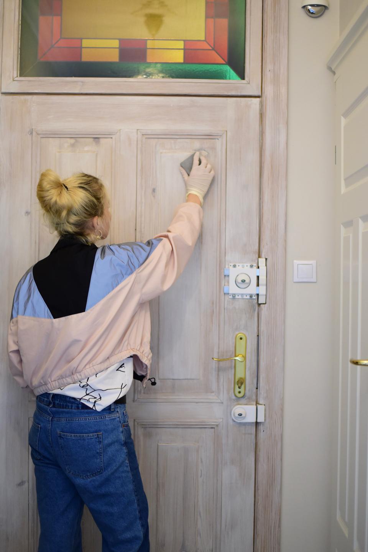 malowanie drewnianych drzwi