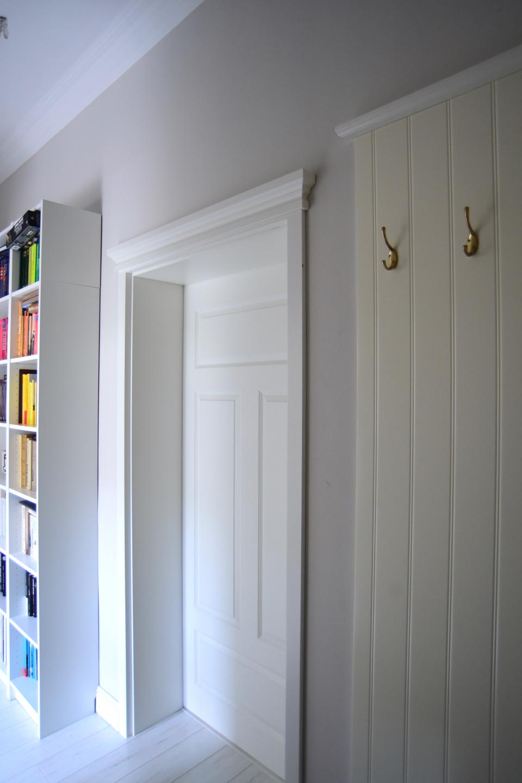 szare ściany w korytarzu